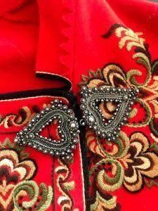 Bundadssølv, festeanheng formet som hjerter på rød bunad