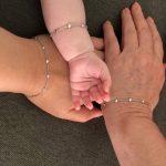 3 hender med like generasjonsarmbånd