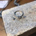 Sølvring under arbeid og diamanter på siden som skal festes på
