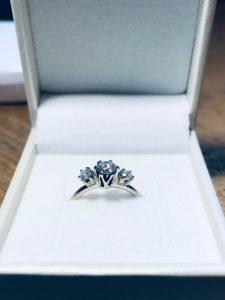 Sølvring med en stor diamant og to diamanter på siden